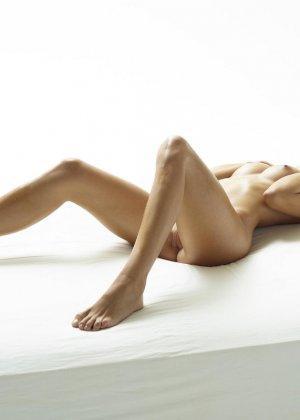 Эротические фото красивой худенькой девушки с маленькой грудью - фото 9