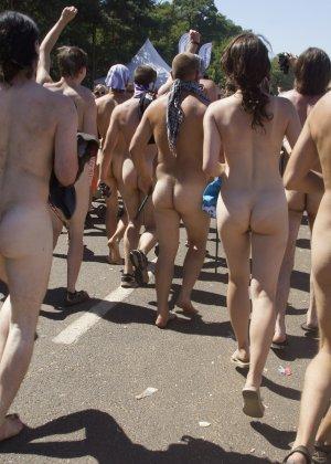 Подборка фото нудистов на пляже с голыми телами, попами и сиськами - фото 10