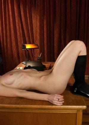 Рисковая дамочка разрешает испытывать свое тело на прочность с помощью некоторых предметов - фото 8