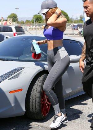 Девка с большой сракой и круглыми дойками катается на машине - фото 14