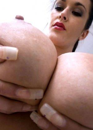Дамочка с огромными буферами показывает свой опыт, надрачивая мужской член руками - фото 5