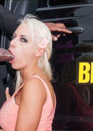 Опытная проститутка сделала мексиканцу глубокий минет своим маленьким ртом - фото 4