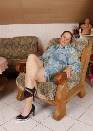Зрелая леди с большой грудью соблазняет своих преданных поклонников - фото 10