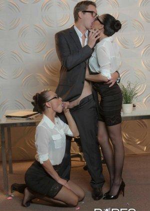 Две девушки устраивают хороший секс парню - фото 3- фото 3- фото 3