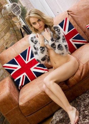 Хлоя Той – красивая блондинка, которая снимает с себя всё и демонстрирует молодое тело без одежды - фото 11
