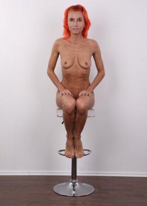 Зрелая рыжеволосая женщина не стесняется показывать свое тело и полностью раздевается перед камерой - фото 15