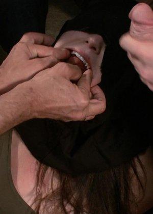 Шарлотта достаточно развратна, чтобы подставить свое тело для истерзания несколькими мужчинами - фото 7