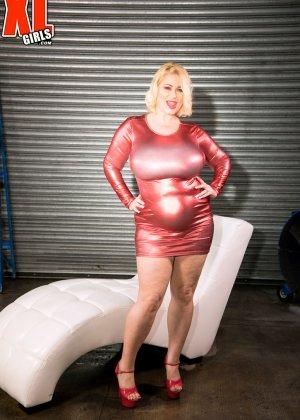 Пухлая блондинка снимет красное сексуальное платье, чтобы мужики пустили слюну на аппетитный бюст - фото 1