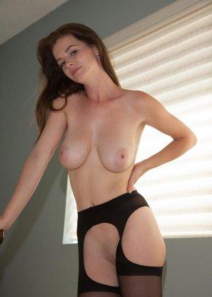 Эсси - шикарная красотка, которая подчеркивает эротическим бельем свою фигурку - фото 7