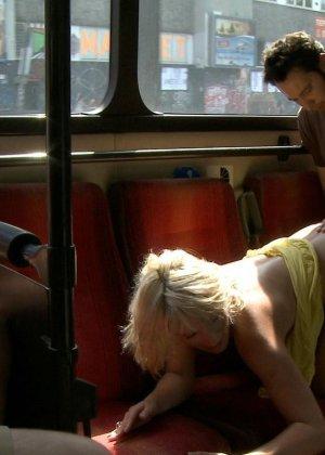 Голую блондинку имеют все пассажиры автобуса, которые хотят слить свою сперму на незнакомку - фото 19