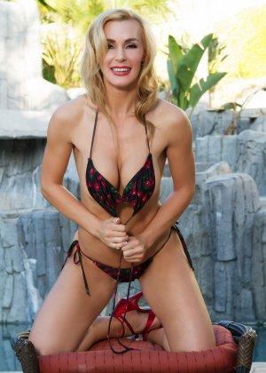 Красавица Таня Тейт в купальнике долго извивалась перед камерой на пуфике, а потом запустила пальцы себе в пизду - фото 7