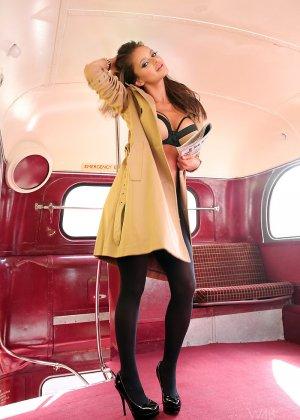 Сексапильная модель эротично позирует в пустом автобусе - фото 1