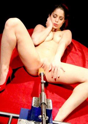 Секс-машина удовлетворяет похотливую самочку, которая с давних времен мечтает получить яркий оргазм - фото 3