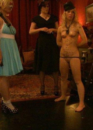 Девушка готова на множество унижений - ей нравятся различные эксперименты со своим телом - фото 21