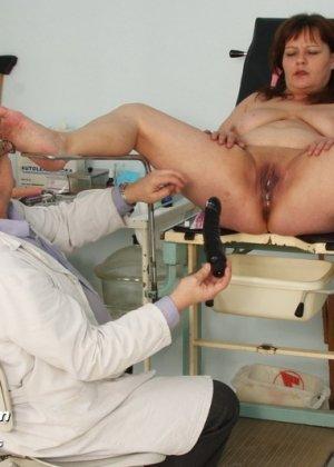 Пожилой врач принимает зрелую пациентку и вставляет в ее пизду расширитель, а в попке орудует ватной палочкой - фото 14