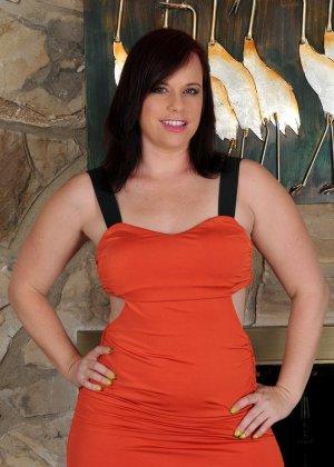 Толстушка очень хочет секса, поэтому вставляет в киску то, что попадается ей под руку - фото 14- фото 14- фото 14