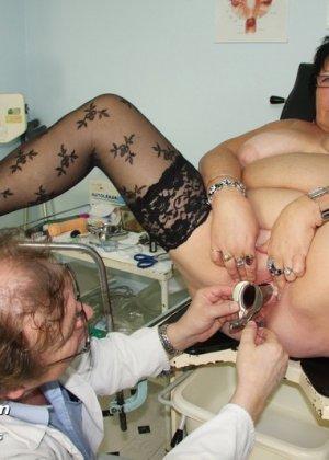 Пожилая женщина приходит на гинекологический осмотр и мужчина профессионально проводит прием - фото 13
