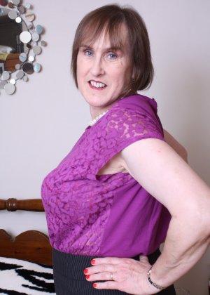 Женщина в возрасте не стесняется своего тела, поэтому с удовольствием показывает себя - фото 6