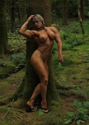 В лесной чаще можно насладиться подтянутым телом женщины, которая занимается бодибилдингом - фото 1