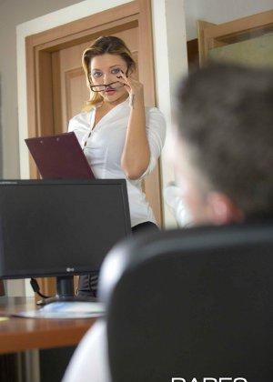 Анна Полина принесла отчет своему пьяному шефу и решила помочь ему протрезветь, трахнувшись с ним - фото 1