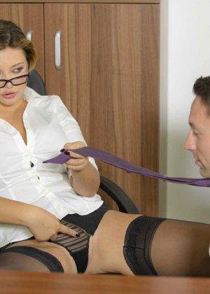 Анна Полина принесла отчет своему пьяному шефу и решила помочь ему протрезветь, трахнувшись с ним - фото 8