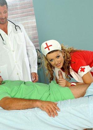 Медсестра в больнице в короткой юбке делает минет доктору и ебется с пациентом - фото 7
