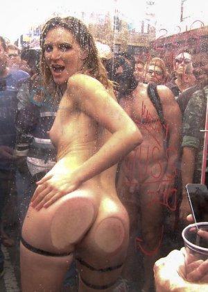 Мона Вэйлес - распутная красотка, которая готова вытерпеть многое ради удовольствия мужчин - фото 20