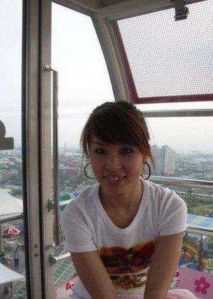 Кучерявая девка с небритой пиздой сняла трусы на камеру в высотке - фото 13