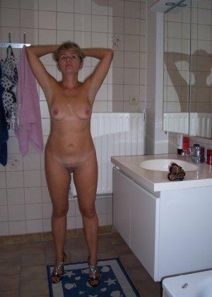 Голая дом работница показывает свое обнаженное тело - фото 14