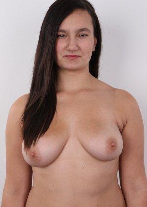 Длинноволосая брюнетка на пробах в секс индустрию показала сиськи - фото 6