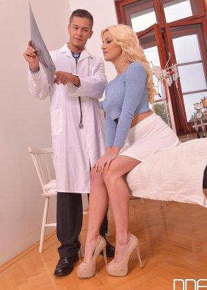 Шикарная молодая блондинка с натуральной грудью занимается сексом с доктором - фото 2