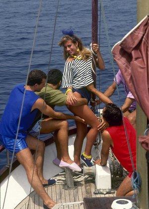 Прямо на яхте одну красотку окучивают несколько мужчин и она с удовольствием удовлетворяет каждого из них - фото 2