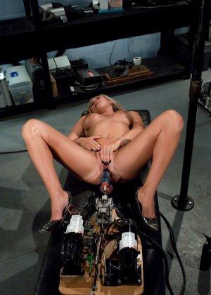 Рисковая блондинка пробует себя на мощной машине, которая доставляет массу удовольствия - фото 11