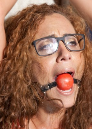 Очкастая девушка позволяет делать с собой всё что угодно - фото 9- фото 9- фото 9