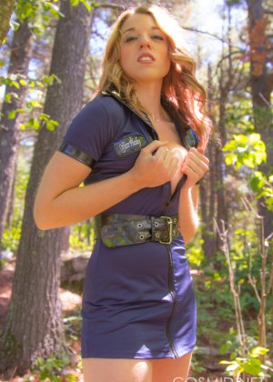 Девушка оказывается на природе и сразу же решается раздеться перед камерой - фото 5