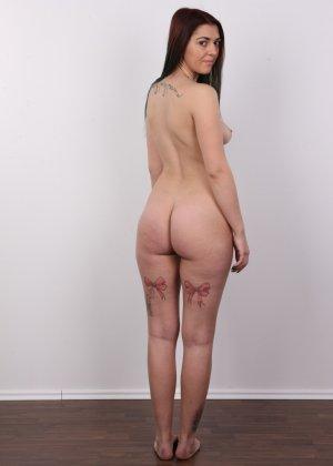 Очень красивая молодая девушка оголяет свое красивое тело перед камерой - фото 11