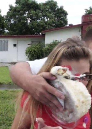 Блондинка в очках стоит раком и отсасывает сперму с члена паренька - фото 14