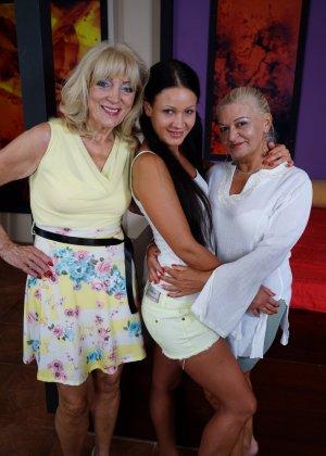 Две зрелые женщины соблазняют молодую брюнетку и принимаются учить ее сексуальным утехам - фото 2