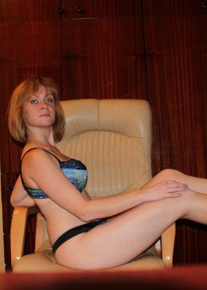 Опытная девушка ласкает свою вагину и делает качественные фото - фото 2- фото 2- фото 2