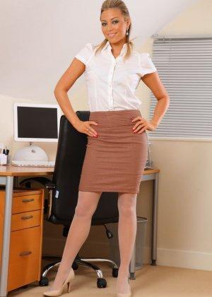 Привлекательная секретарша со светлыми волосами снимает колготки и показывает свои белоснежные трусики - фото 1
