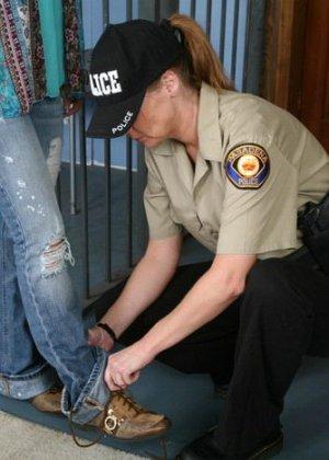 Девушка оказывается в полиции, где ей устраивают тщательный досмотр, но она остается даже довольна - фото 3