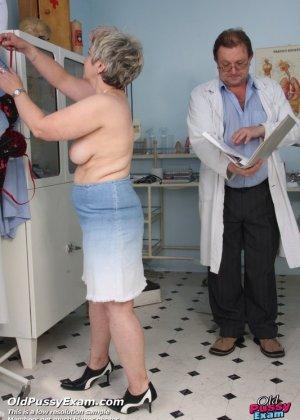 Женщина в зрелом возрасте показывает себя со всех сторон опытному врачу, раздвигая перед ним ноги - фото 1