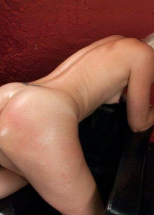 Секс машина без проблем довела блондинистую деваху до незабываемого сквирта - фото 7