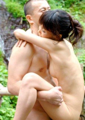 Горячие японские парочки занимаются сексом прямо в воде и получают удовольствие от этого разврата - фото 10