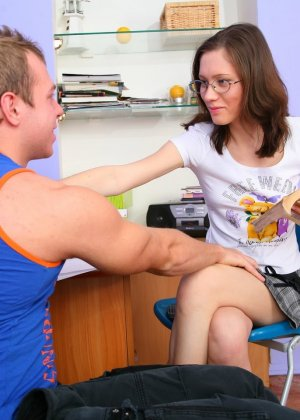 Молодую русскую красотку чувак выебал прямо в её кабинете - фото 3