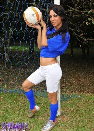 Горячая футболистка когда сняла с себя трусики оказалась вовсе не девушкой - фото 5