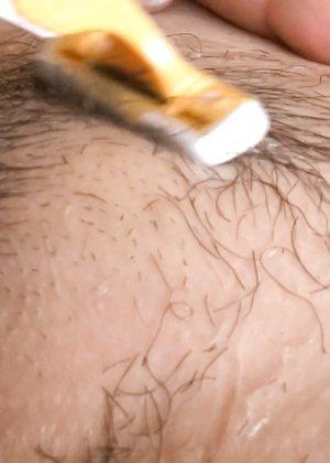 Азиатка с большой пиздой перед камерой бреет себе киску станком - фото 21