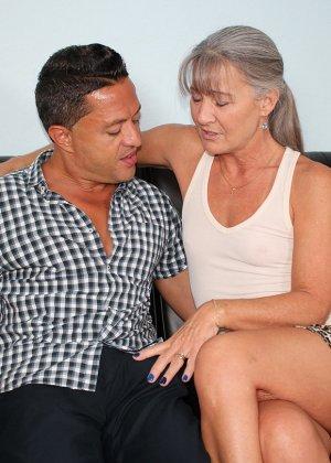Зрелая женщина не стесняется своего тела и показывает себя мужчине, а затем ласкает его член руками - фото 2