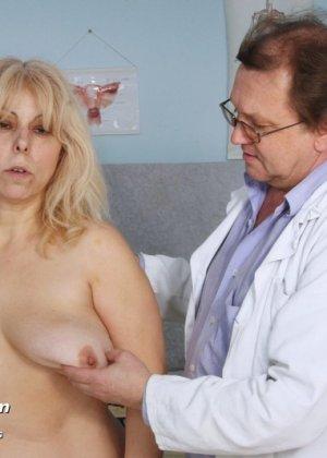 Женщина в зрелом возрасте приходит к гинекологу, чтобы подставить для осмотра свои отверстия - фото 2
