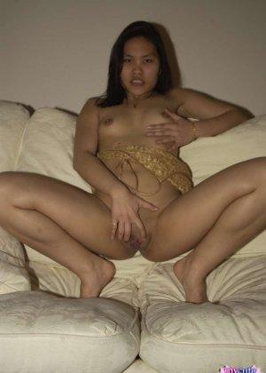 Домашнее фото в которых девушка мастурбирует киску на диване - фото 12